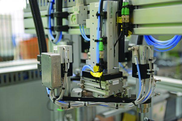 Ficco: progettazione e produzione minuterie metalliche e plastiche per l'industria del mobile - dettaglio macchinario