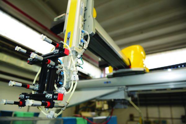 Ficco: progettazione e produzione minuterie metalliche e plastiche per l'industria del mobile - dettaglio di una parte del macchinario
