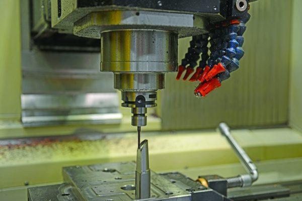 fFicco: progettazione e produzione minuterie metalliche e plastiche per l'industria del mobile - dettaglio produzione di una cerniera
