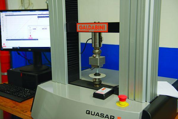 Ficco: progettazione e produzione minuterie metalliche e plastiche per l'industria del mobile - macchina Galbadini