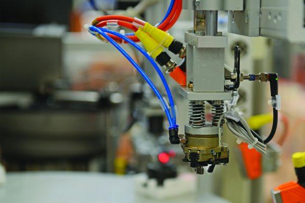 Ficco: progettazione e produzione minuterie metalliche e plastiche per l'industria del mobile - dettaglio testina macchinario