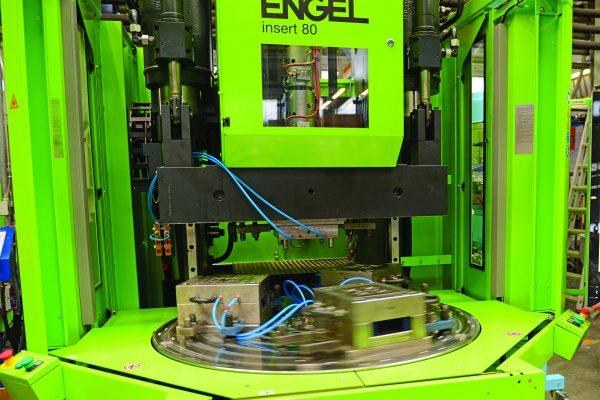 Ficco: progettazione e produzione minuterie metalliche e plastiche per l'industria del mobile - pressa a iniezione Engel