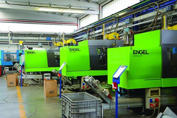 Ficco: progettazione e produzione minuterie metalliche e plastiche per l'industria del mobile - presse engel